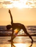 Het praktizeren van de vrouw yoga Stock Foto's