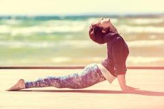 Het praktizeren van de vrouw yoga Stock Afbeeldingen