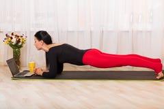 Het praktizeren van de vrouw yoga Royalty-vrije Stock Fotografie