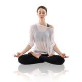 Het praktizeren van de vrouw yoga in de lotusbloempositie Stock Afbeeldingen