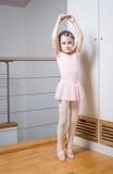Het praktizeren van het meisje ballet Royalty-vrije Stock Afbeeldingen
