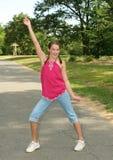 Het Praktizeren van het meisje de Bewegingen van de Dans in een Park stock foto's