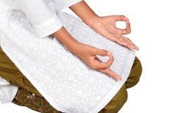 Het praktizeren van het meisje yoga Royalty-vrije Stock Afbeeldingen