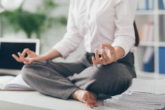 Het praktizeren Yoga stock foto