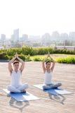 Het praktizeren Yoga royalty-vrije stock afbeelding