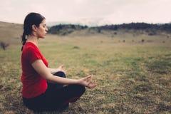 Het praktizeren yoga in aard Stock Fotografie