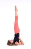 Het praktizeren Yogaoefeningen/Shoulderstand - Sarvangasana - Viparita Karani Stock Foto's