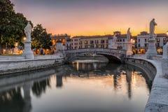 Het Prato-dellavalle vierkant in Padua, Italië, tijdens zonsondergang Royalty-vrije Stock Afbeelding