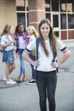 Het Pre-adolescent tienerstudent hangen uit met vrienden op school stock foto's