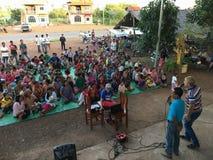 Het prediken van het Evangelie in Cambodjaans platteland stock afbeeldingen