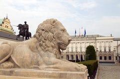 Het presidentiële Paleis van paleiskoniecpolski met leeuwstandbeelden Warshau stock afbeeldingen