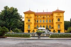 Het Presidentiële Paleis van Vietnam in Hanoi, is drie-storied, de mosterd gele die bouw in koloniale Franse architecturaal wordt Royalty-vrije Stock Foto's