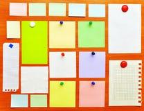 Het prikbord van met kleurrijke document nota's Stock Fotografie