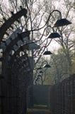 Het Prikkeldraad en de lampen van Auschwitz Royalty-vrije Stock Fotografie