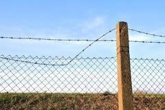 Het prikkeldraad in twee rijen als bescherming tegen onbevoegde ingang in privé grondgebied royalty-vrije stock afbeeldingen