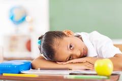 Het primaire schoolmeisje rusten Royalty-vrije Stock Foto's