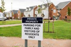 Het privé-bezitparkeren voor familie en de bezoekers van ingezetenen slechts straat ondertekenen post over nieuw gebouwd landgoed royalty-vrije stock afbeeldingen