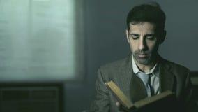 Het privé-detective leest een oud boek stock video
