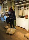 Het proberen op houten schoenen - zullen zij me passen? royalty-vrije stock fotografie