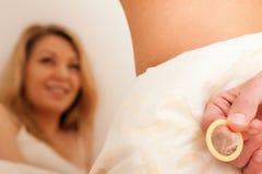 Het proberen van geslacht dat een condoom met behulp van Royalty-vrije Stock Foto