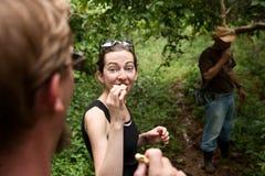 Het proberen van natuurvoeding met een gids in Costa Rica Stock Foto
