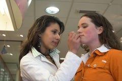 Het proberen van nieuwe lippenstift stock afbeelding