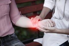 Het probleem in het hart gevende arts of verpleegster die jonge pa nemen stock fotografie