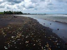 het probleem van afval en plastiek in Bali Indonesië royalty-vrije stock afbeeldingen