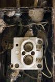 Het probleem van de bedrading? Oude zekeringkast met spinnewebben Royalty-vrije Stock Fotografie