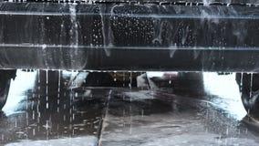 Het Procédé van de autowas op een Zelfbedieningsautowasserette Een Straal van Water met een Hoge drukwas van het Schuim van het A stock video