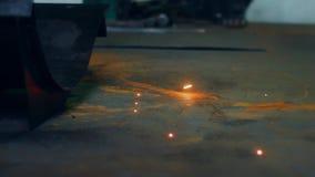 Het procédé van het metaallassen bij fabriek Sluit omhoog heldere metaalvonken die aan vloer vallen stock videobeelden