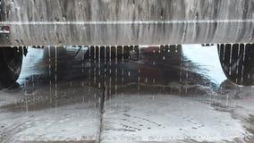 Het Proc?d? van de autowas op een Zelfbedieningsautowasserette Een Straal van Water met een Hoge drukwas van het Schuim van het A stock videobeelden