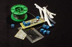 Het proces en het materiaal van het elektronikaontwerp op de donkere achtergrond Royalty-vrije Stock Foto