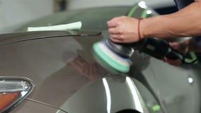 Het proces om autolichaam op te poetsen stock footage