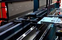 Het proces om bladmetaal op een blad buigende machine te buigen stock afbeelding