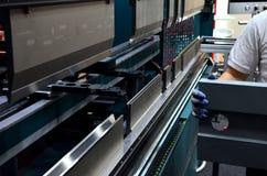Het proces om bladmetaal op een blad buigende machine te buigen stock foto's