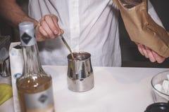 Het proces om cacao in een speciaal apparaat te maken stock afbeelding
