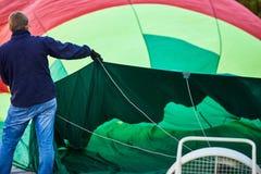 Het proces om de ballon voor vlucht voor te bereiden stock fotografie