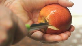 Het proces om de kern uit appel te verwijderen stock videobeelden