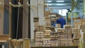 Het proces om deuren van houten spaties te verzamelen, de productie van houten deuren stock videobeelden