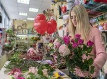 Het proces om een feestelijke bloemist van het boeketmeisje te maken stock fotografie