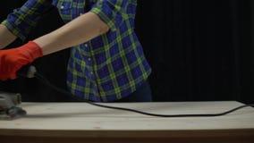 Het proces om een houten lijst te bouwen, de timmerman poetst countertop op stock footage
