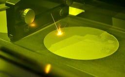 Het proces om een metaalvoorwerp met een laser tot stand te brengen stock foto