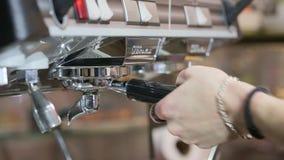 Het proces om koffie te maken: het roosteren van koffiebonen stock video