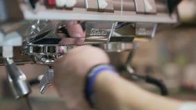 Het proces om koffie te maken: het roosteren van koffiebonen stock footage