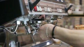 Het proces om koffie te maken: het roosteren van koffiebonen stock videobeelden