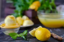 Het proces om limonade thuis te maken Gezond het levensconcept royalty-vrije stock afbeeldingen