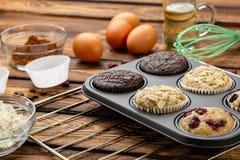 Het proces om muffins in heldere siliconevormen te maken Het koken procédé Voorbereidingsstadium royalty-vrije stock fotografie