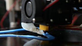 Het proces om op een 3D printer te drukken stock video