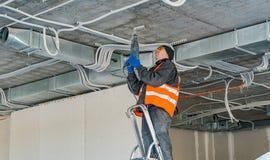 Het proces om het opzetten klemmen voor een golfdraad w te installeren stock fotografie